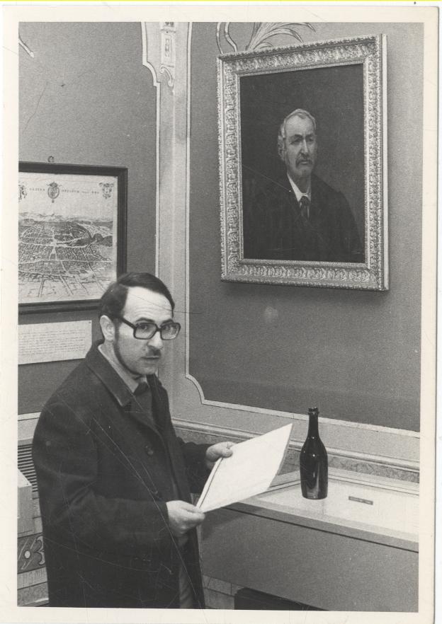 Ettore Molinaro sotto il ritratto di E. Craveri